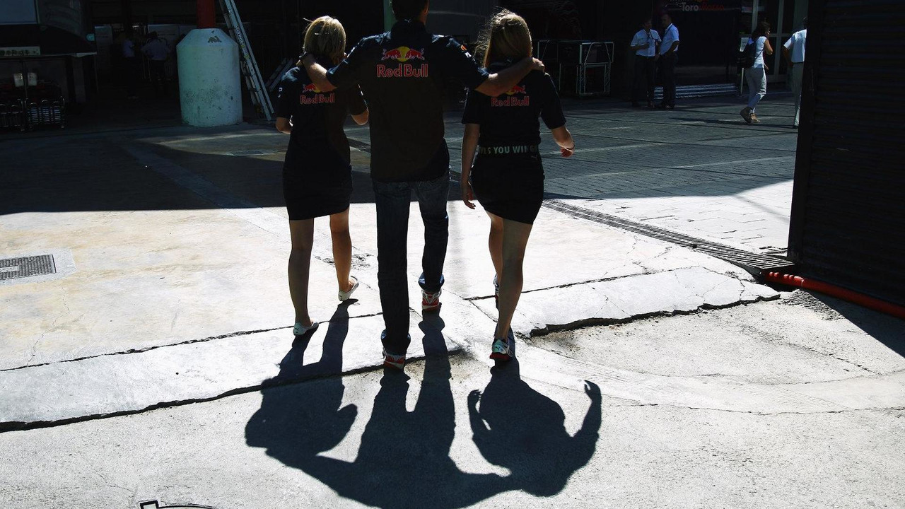 Mark Webber walks to drivers autograph session with team communication staff Katie Tweedle (L) and Amelia Hooper (R), European Grand Prix, Valencia, Spain 24.06.2010