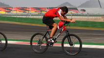 Title rivals poke fun at Alonso's waxed legs