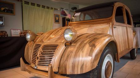 Un ébéniste crée une Citroën 2 CV en bois