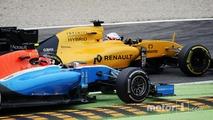 Kevin Magnussen, Renault Sport F1 Team RS16 and Esteban Ocon, Manor Racing MRT05 battle for position