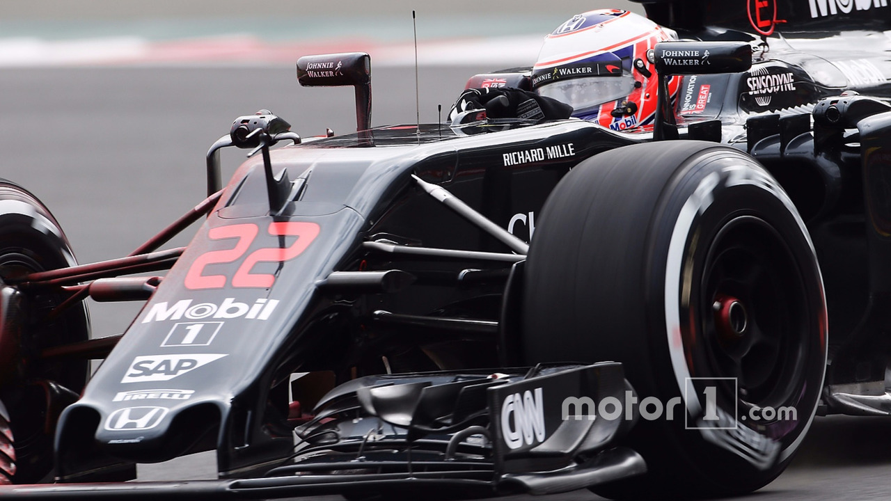 Jenson Button, McLaren MP4-31 with flow-vis paint