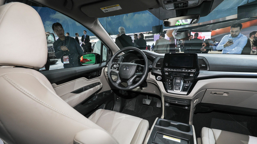 Live photos of the 2018 Odyssey from the auto show floor in Detroit]