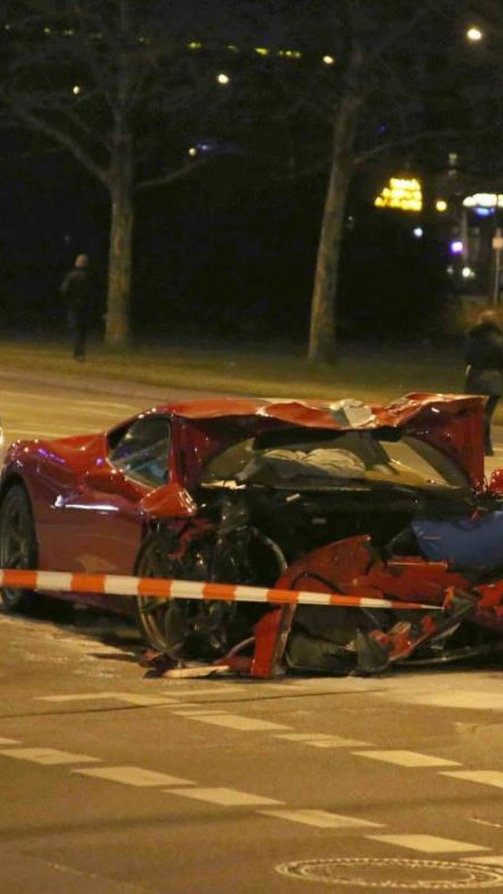 Ferrari 458 Speciale and Smart ForTwo accident in Berlin