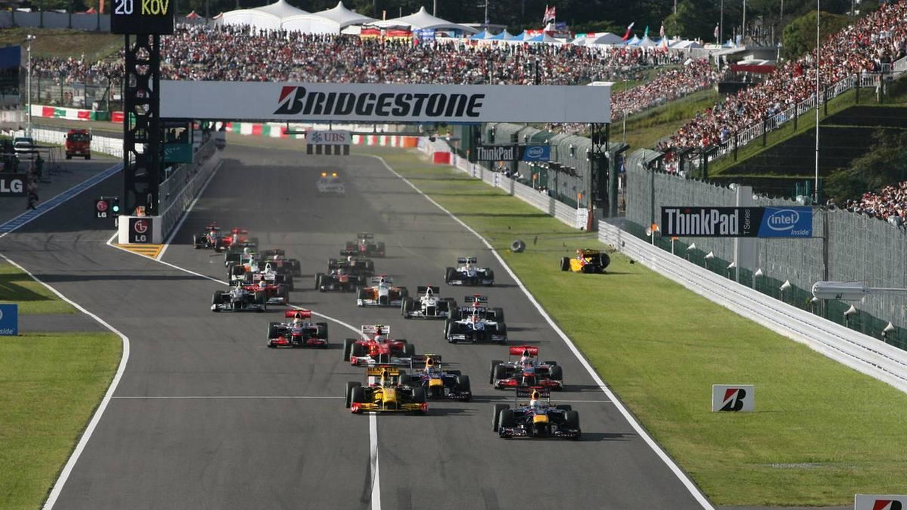 Sebastian Vettel (GER), Red Bull Racing leads the start of the race and Vitaly Petrov (RUS), Renault F1 Team crashes - Formula 1 World Championship, Rd 16, Japanese Grand Prix, 10.10.2010 Suzuka, Japan