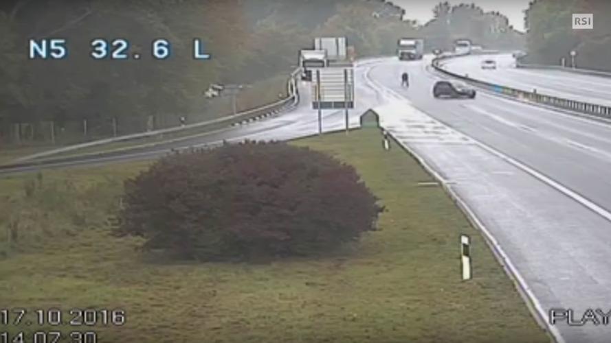 VIDÉO - Il court sur l'autoroute pour rattraper sa voiture