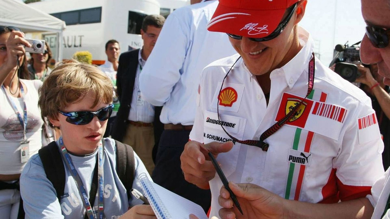 Michael Schumacher (GER), Scuderia Ferrari, Advisor signs autographs, Italian Grand Prix, Saturday, 08.09.2007 Monza, Italy