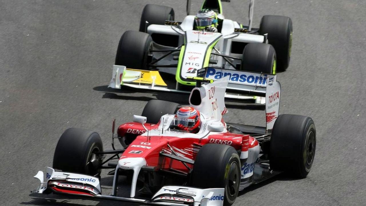 Kamui Kobayashi, Test Driver, Toyota F1 Team leads Jenson Button (GBR), BrawnGP, Brazilian Grand Prix, Sunday Race, 18.10.2009 Sao Paulo, Brazil