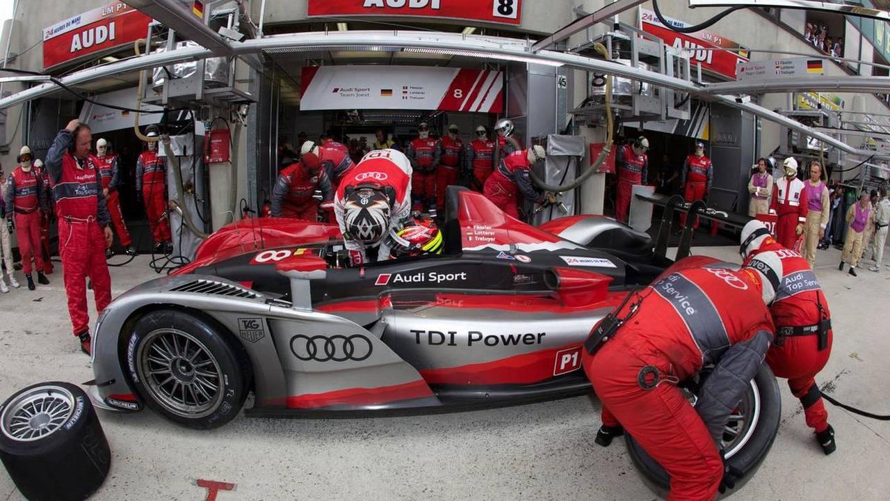 Pit stop for #8 Audi Sport Team Joest Audi R15: Andre Lotterer, Marcel Faessler, Benoit Treluyer, 24 Hour of Le Mans 2010, 04-11.06.2010 Le Mans, France