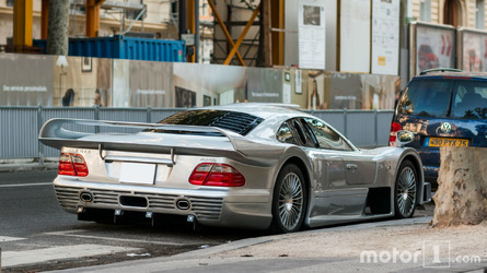 PHOTOS - Une Mercedes-Benz CLK GTR stationnée à Paris !