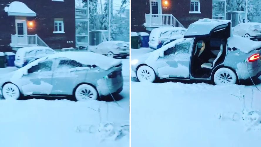 Tesla Model X'in yukarı açılan kapıları karla kaplı olduğunda nasıl performans gösteriyor?