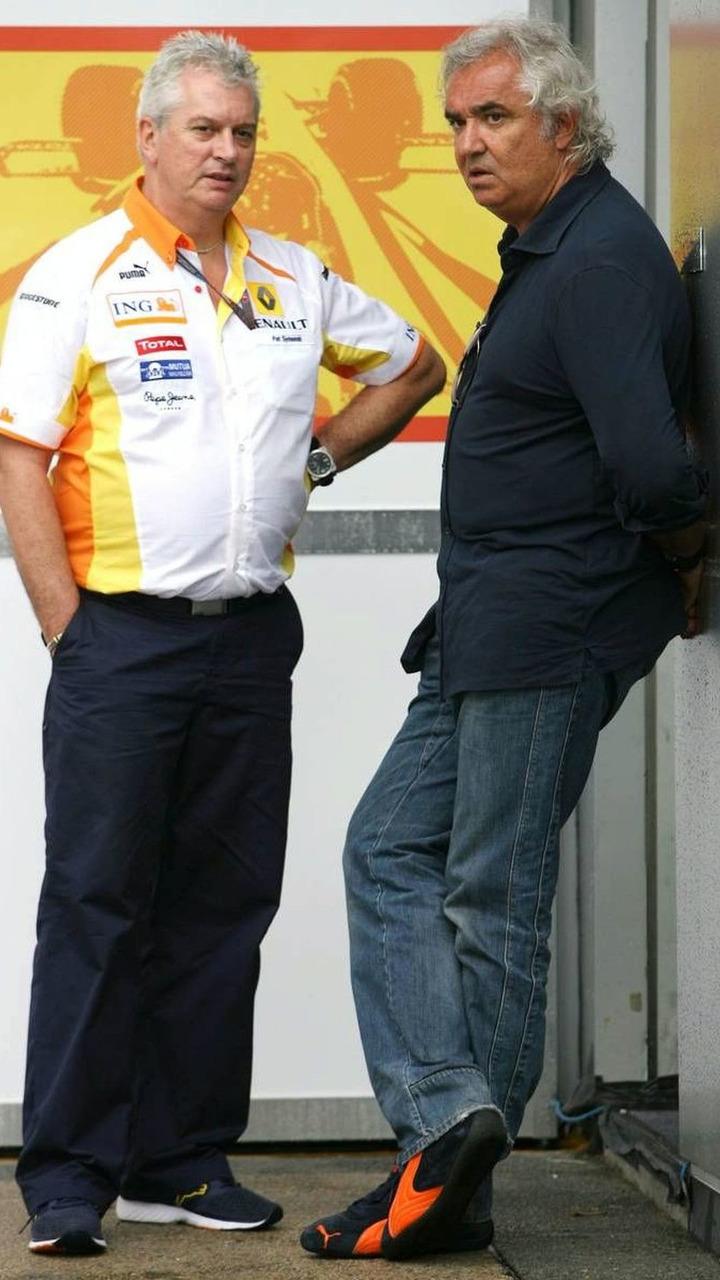 Pat Symonds (GBR) and Flavio Briatore (ITA), Renault F1 Team, Malaysian Grand Prix, Kuala Lumpur, Malaysia, 02.04.2009