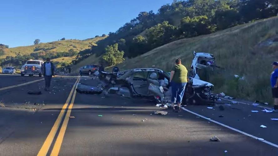 Chevrolet Impala kaza sonrasında ikiye bölündü!