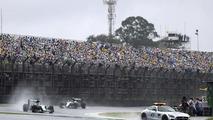 Lewis Hamilton, Mercedes AMG F1 W07 Hybrid lidera atrás do Safety Car no GP Brasil