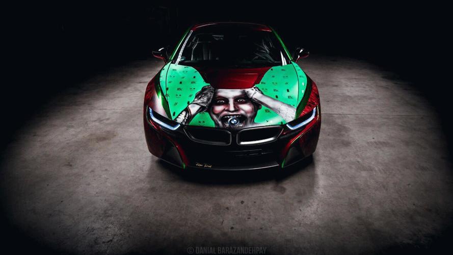 BMW i8 és Joker a motorházon