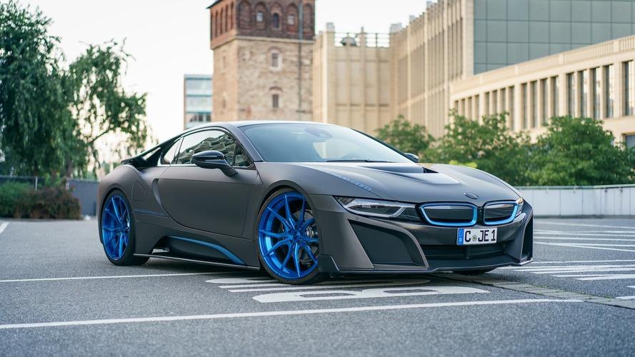 Mat gri BMW i8 iyi gibi görünüyor