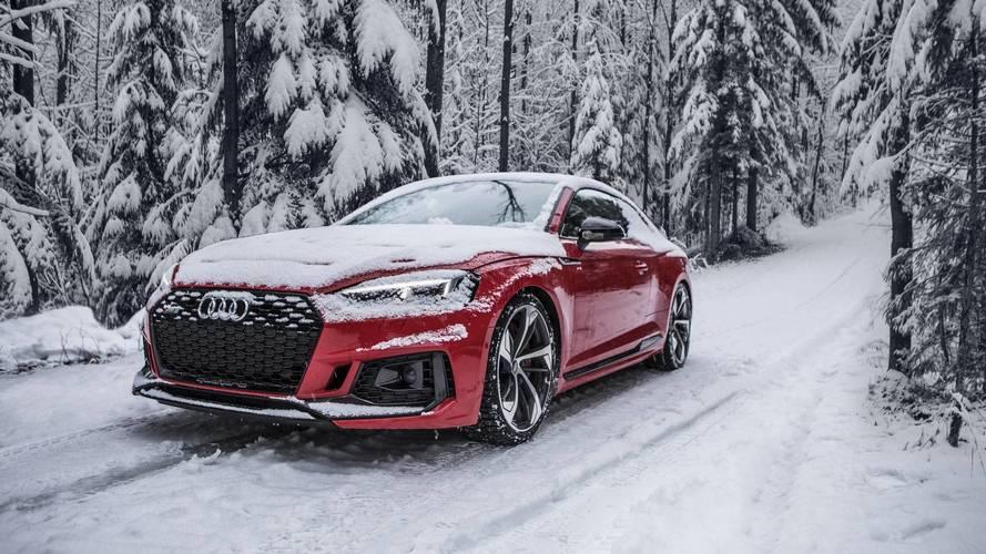 Audi RS5 ve R8, ağır çekimde karda oynuyor