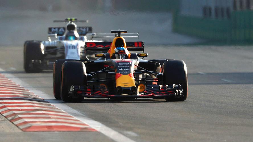 Ricciardo gana una carrera loca con polémica entre Hamilton y Vettel