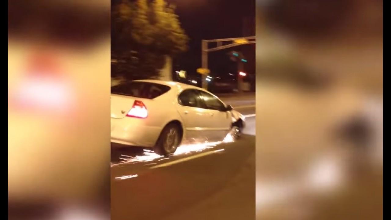 Vídeo: motorista ignora chamas e roda com carro sem pneu