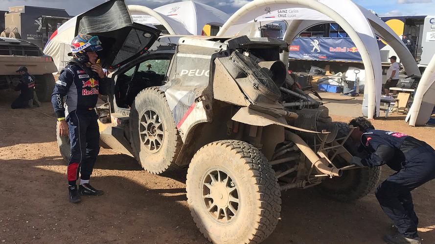 Vídeo – Carlos Sainz está fora do rali Dakar depois de acidente espetacular