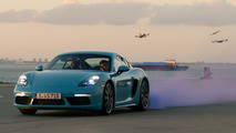 Une Porsche 718 Cayman affronte des drones