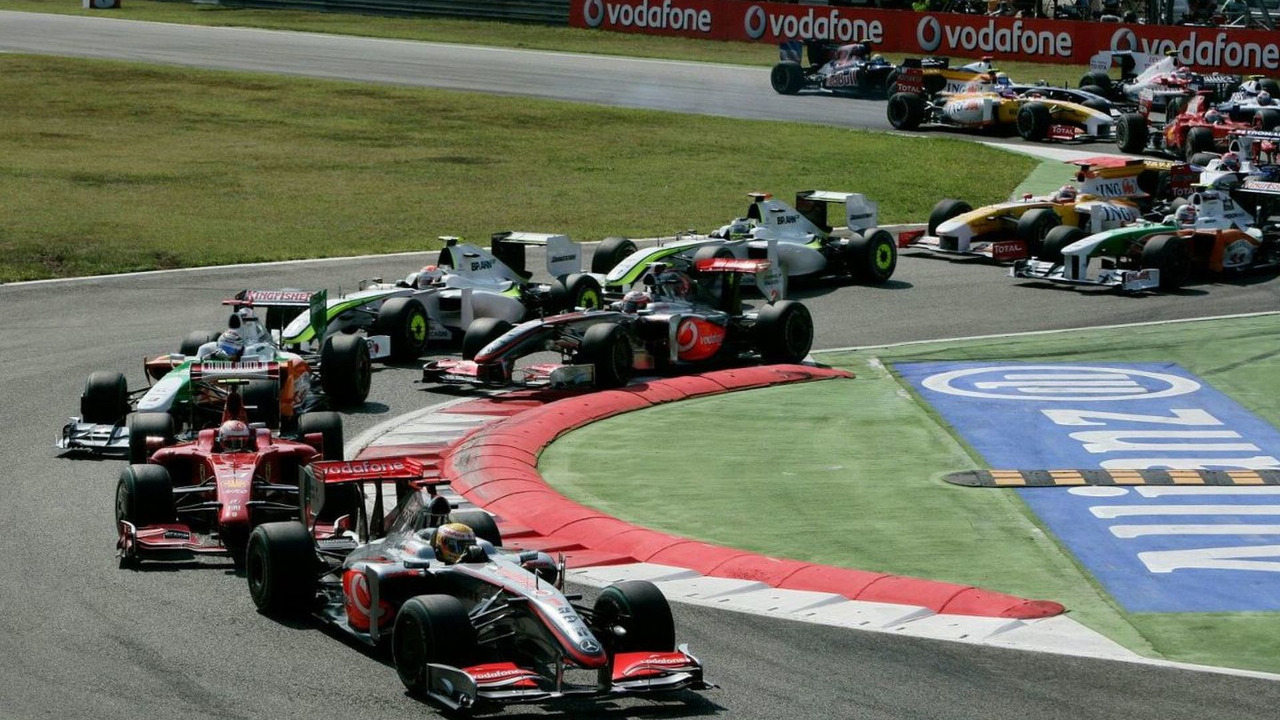Lewis Hamilton (GBR) started from pole position and led the field into the first corner, Italian Grand Prix, Monza, Italy, 13.09.2009