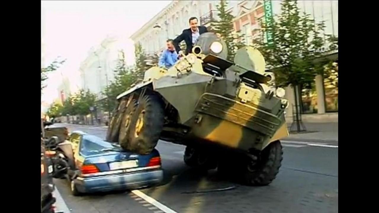 VÍDEO: Prefeito que esmagou carro com tanque de guerra é premiado nos EUA