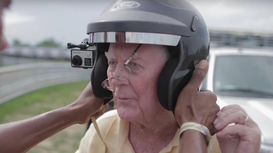 Ford, büyükanne ve büyükbabalar gününü Focus RS drift moduyla kutladı