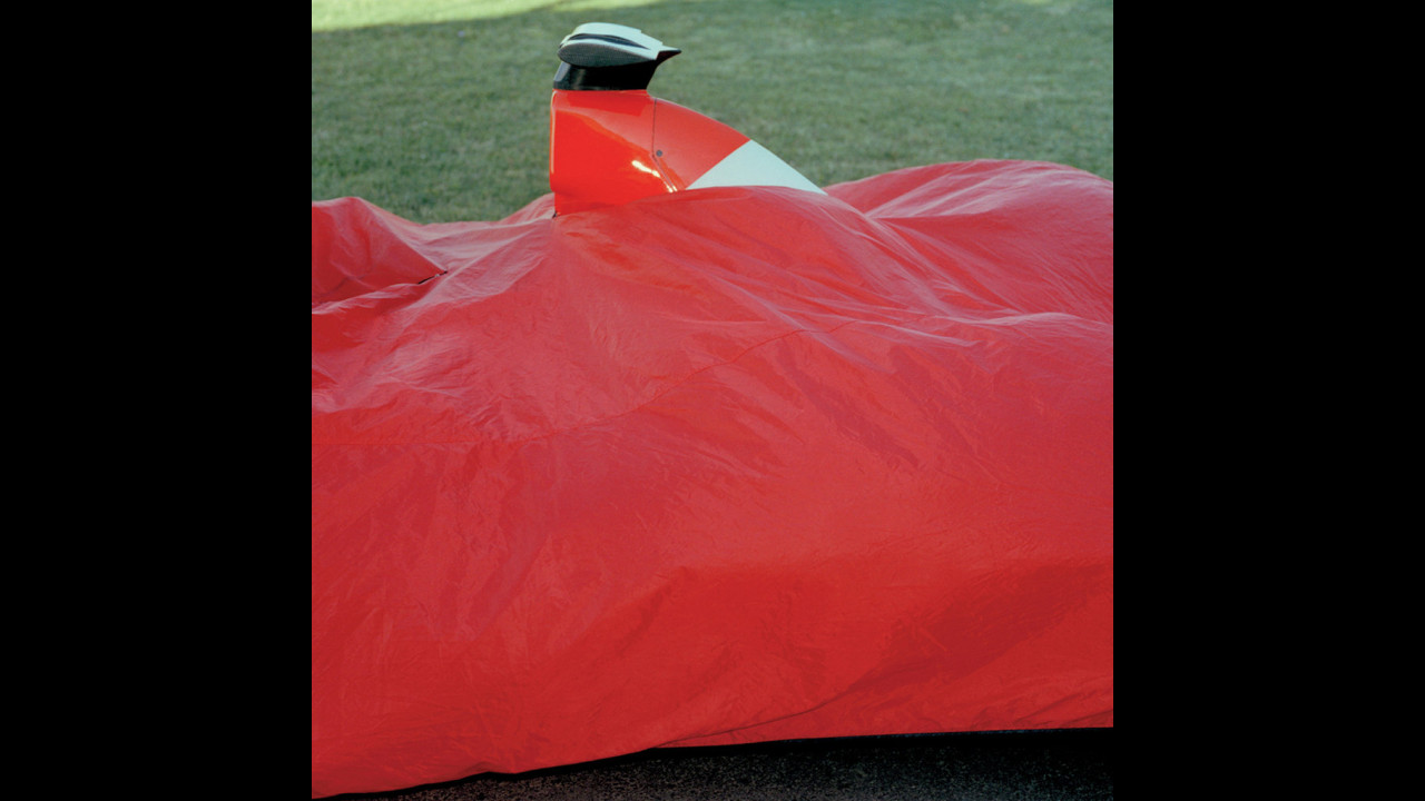 Abgedeckter F2003GA - Maranello 2002 - Michel Comte