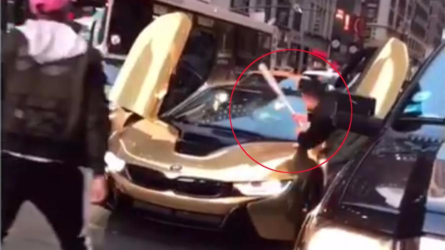 VIDÉO - Mal garé avec son i8 dorée, un conducteur se venge !