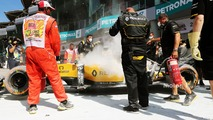 The burned car of Kevin Magnussen, Renault Sport F1 Team RS16 (4)