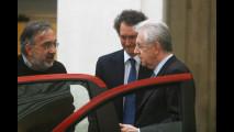 Elkann e Marchionne mostrano la nuova Panda al premier Monti