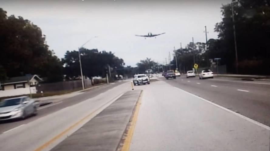 Vídeo - Veja o momento em que carro da polícia flagra avião em queda
