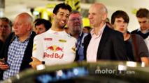 Daniel Ricciardo talks with Adrian Newey