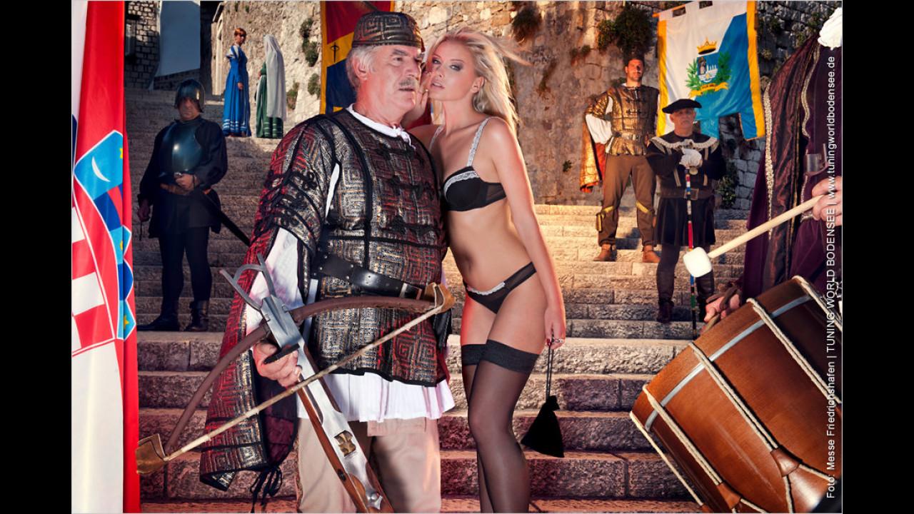 Miss Tuning Kalender 2012: Nicht so steif, Genosse Armbrustschütze, so heiß ist der Juli doch gar nicht