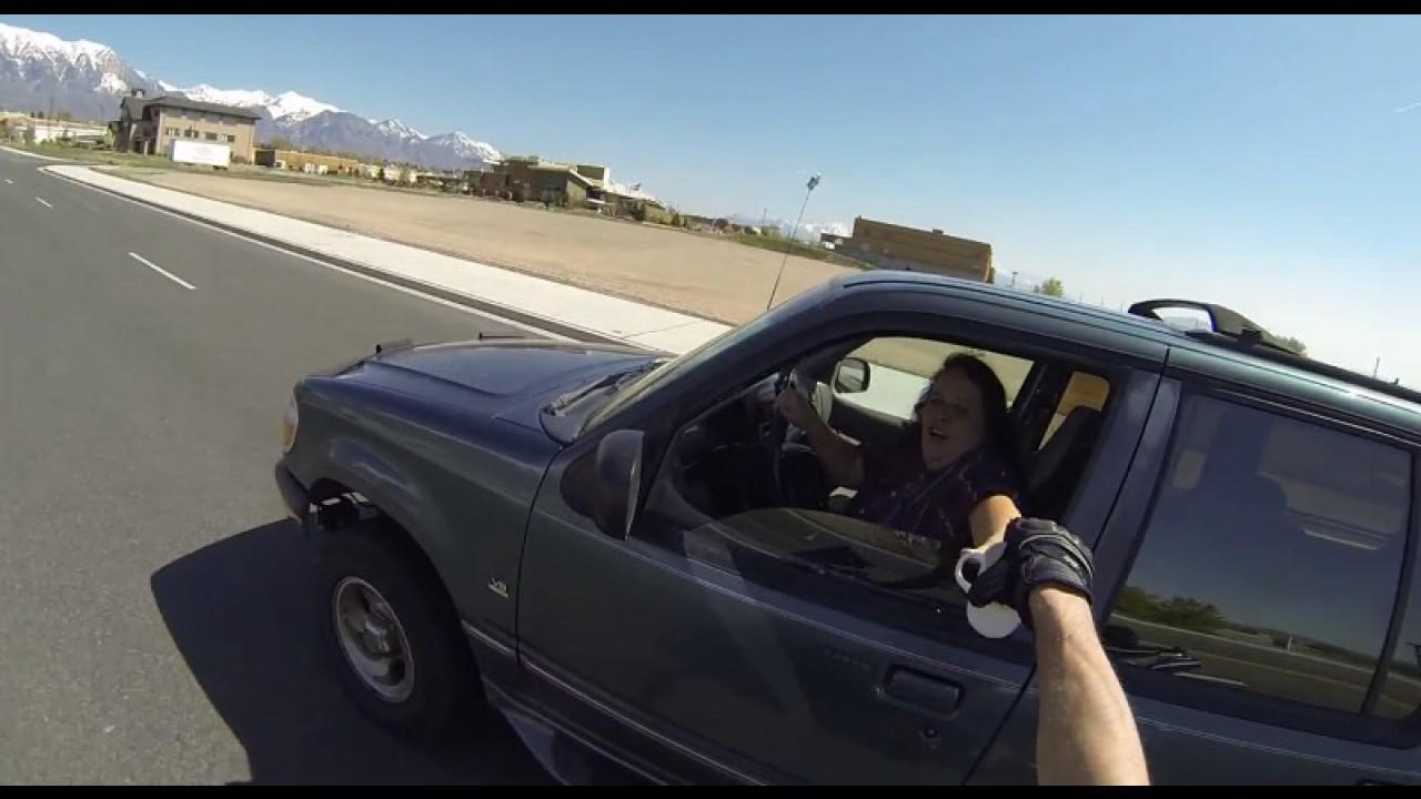 Vídeo: motociclista salva uma caneca da morte certa