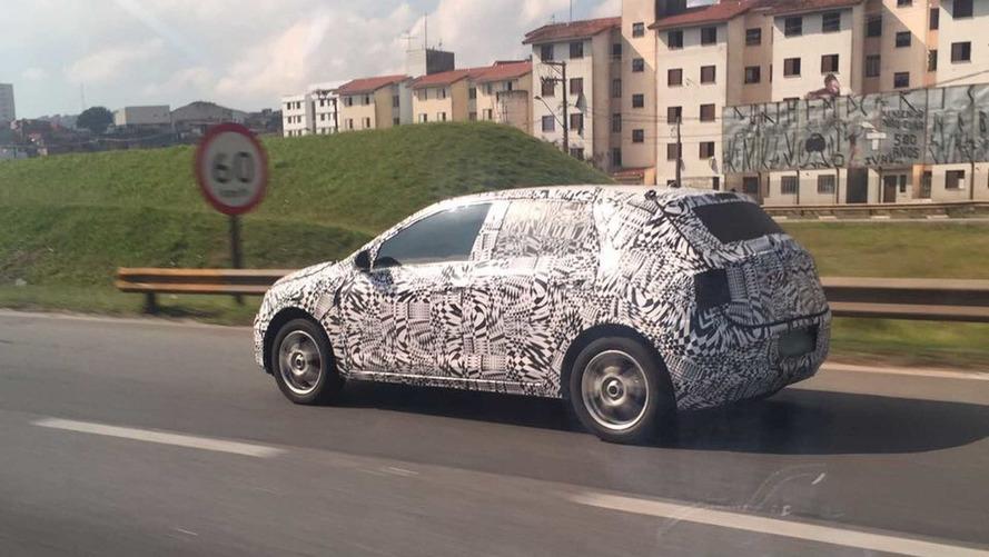 Flagra - Novo Polo é visto rodando perto da fábrica da VW de SP