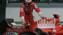 Kimi inspects damaged car in France
