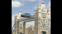 Opel Insignia precipita dal cielo di Londra