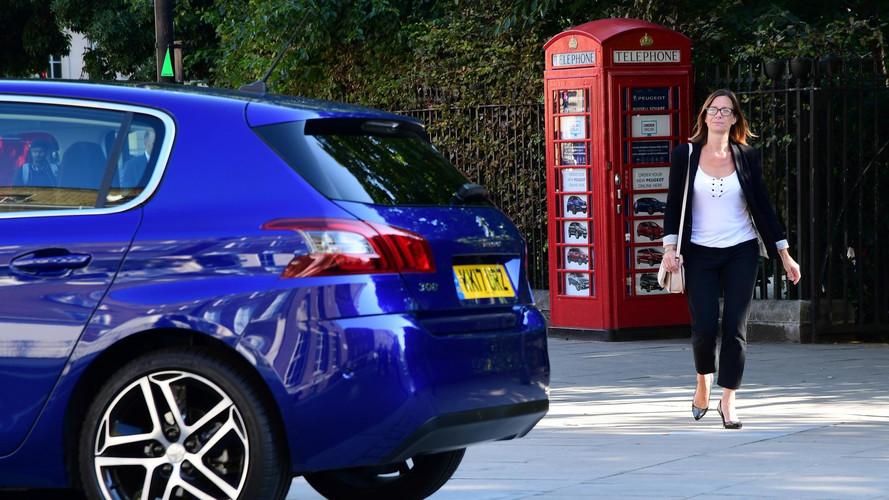 Egy telefonfülékben nyitotta meg a világ legkisebb autókereskedését a Peugeot
