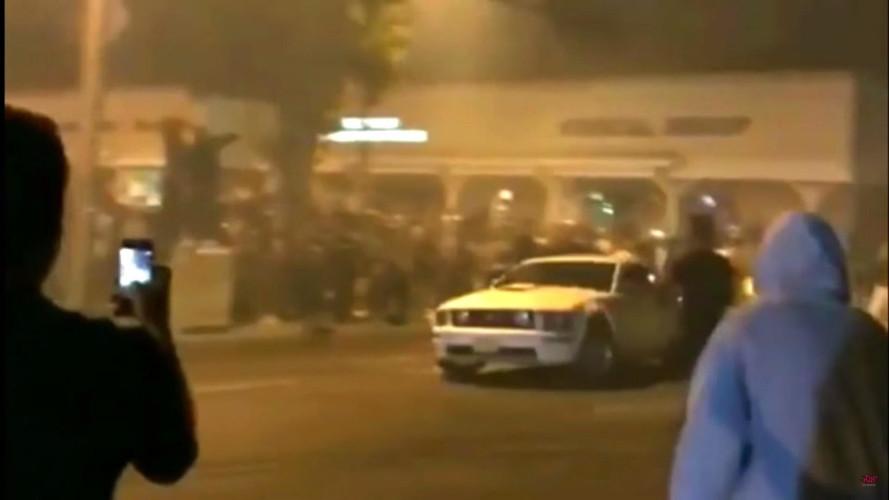 Forgolódás közben a tömegbe hajtott egy Mustang, a nézők alaposan megbüntették érte