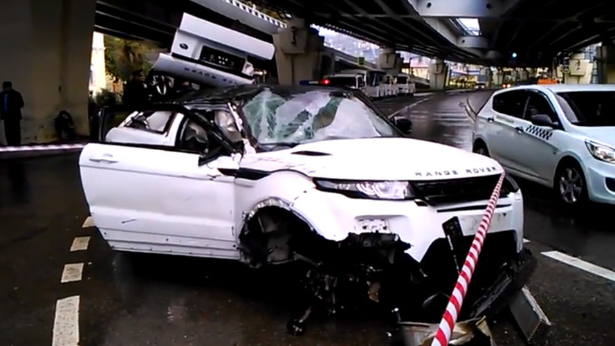 Yepyeni Range Rover, Rusya'da köprüden düştü