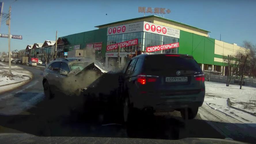 Rusya'daki korkunç kaza araç kamerasına yakalandı