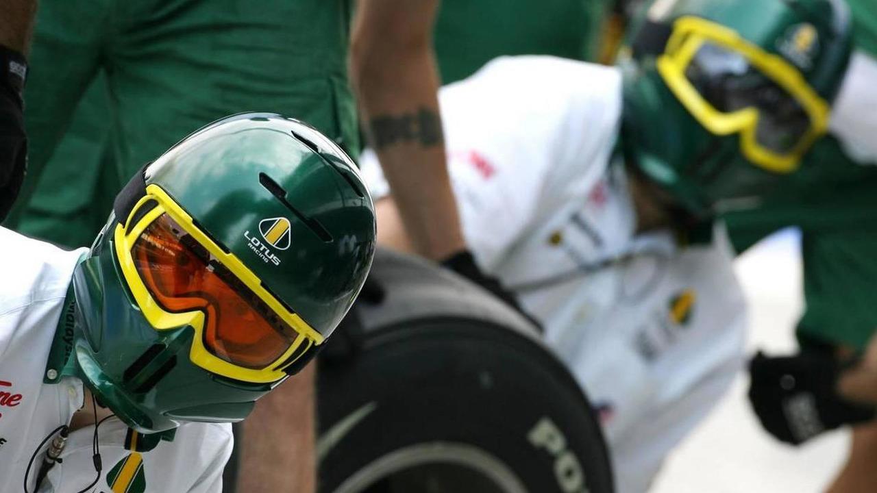 Lotus F1 Team mechanics - Formula 1 World Championship, Rd 19, Abu Dhabi Grand Prix, 12.11.2010