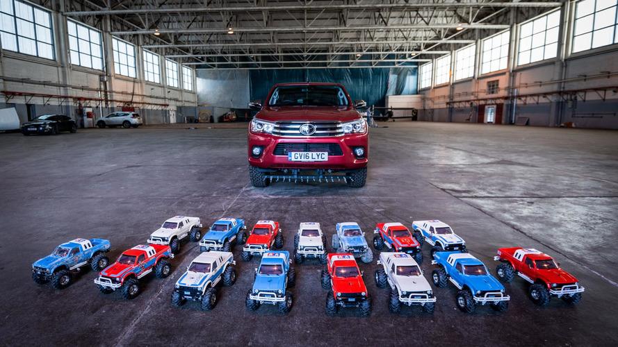 VIDÉO - Le Toyota Hilux tracté par des voitures télécommandées