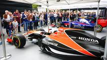 El McLaren MCL32 en el stand de los equipos