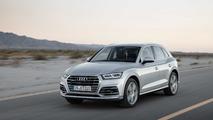 Audi Q5 gris en movimiento