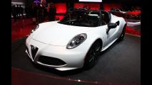 Alfa Romeo 4C Spider, un pezzo d'Italia sotto la Tour Eiffel