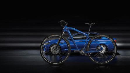 A BMW bemutatta az új M5-höz készített tökéletes kétkerekű társat