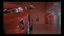Toyota promuove l'Auris con l'androgino russo Stav Strashko