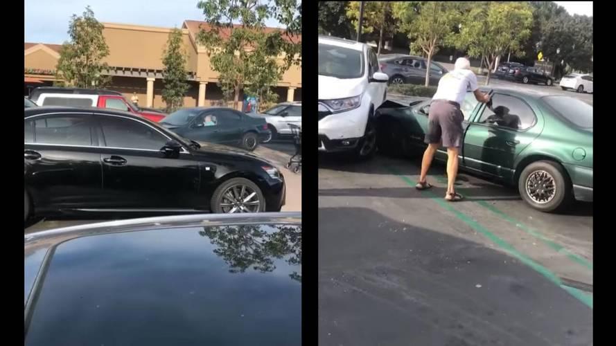 Több autót is összetört a parkolóban egy 86 éves nő